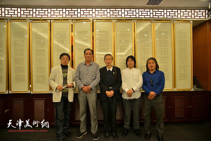 左起:吕立、张志连、赵同相、张同明、孙富泉在展览现场交流