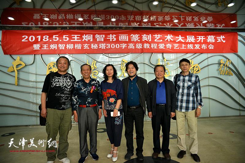 左起:卢勇、佟有为、刘艳、朱彦民、吴子金、彭英科在展览现场交流