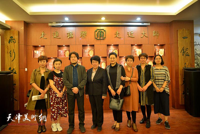 王文荣、郑少英、朱彦民、聂瑞辰与书法老师们在展览现场。