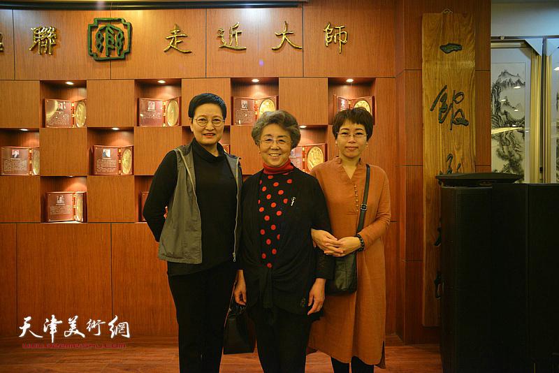 左起:郑少英、李润兰、聂瑞辰在展览现场。