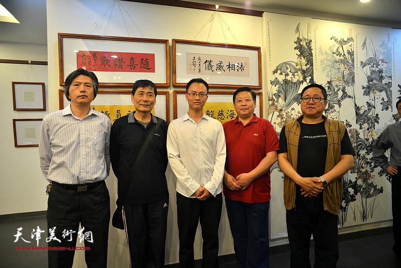 左起:李津生、孔祥月、王炯智、张云友、赵清在展览现场。