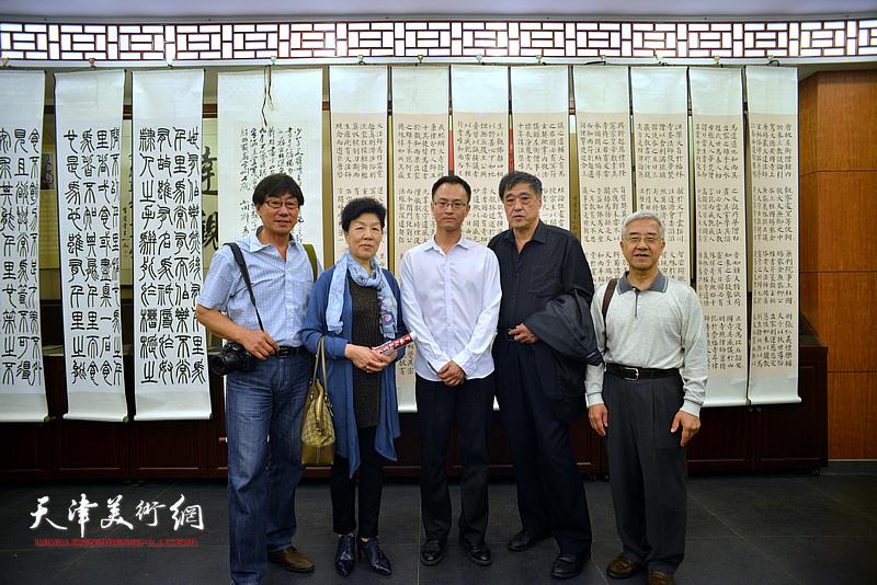 王炯智与来宾在展览现场。