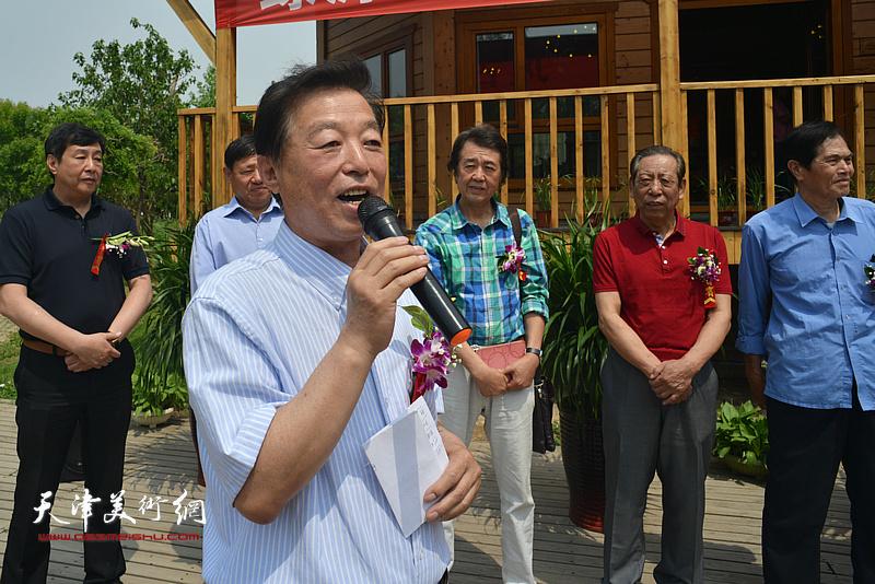书法家杨建国主持缪文杰书画艺术品鉴品鉴会启动仪式。