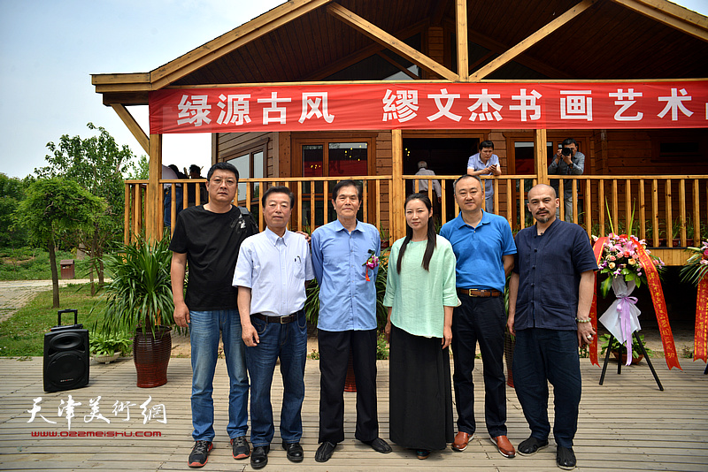 左起:孙学武、杨建国、谢玉玺、赵红云、柴博森、杨晓林在品鉴活动现场。