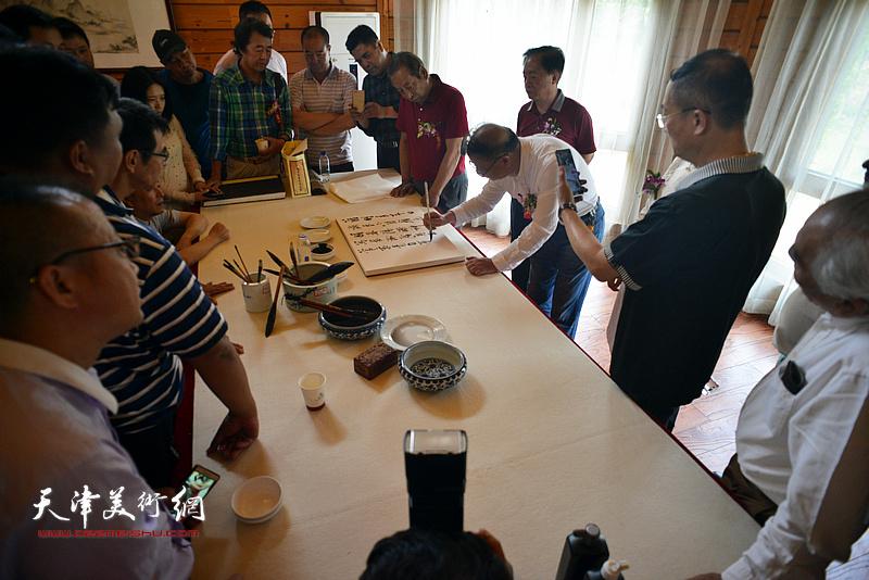 陈启智在缪文杰书画艺术品鉴活动雅集现场。