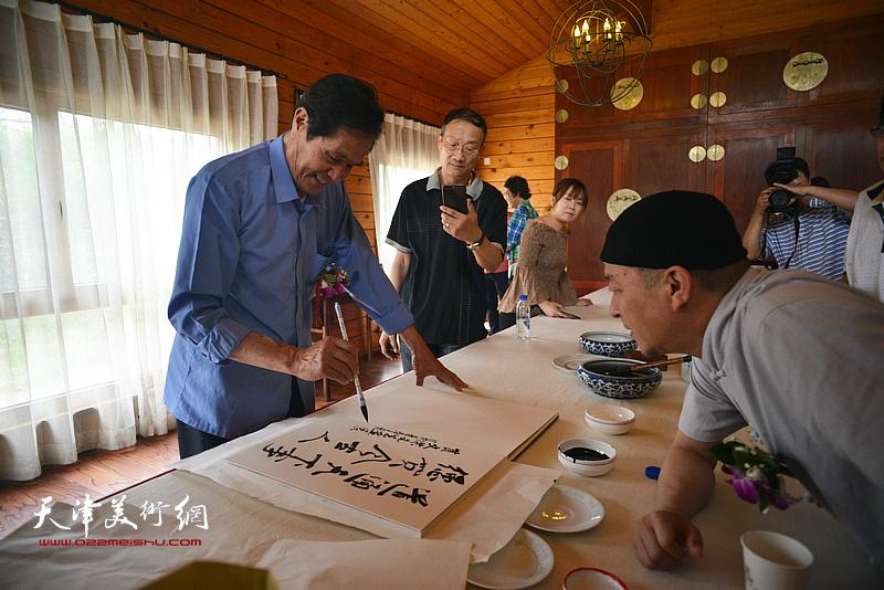 谢玉玺在缪文杰书画艺术品鉴活动雅集现场。