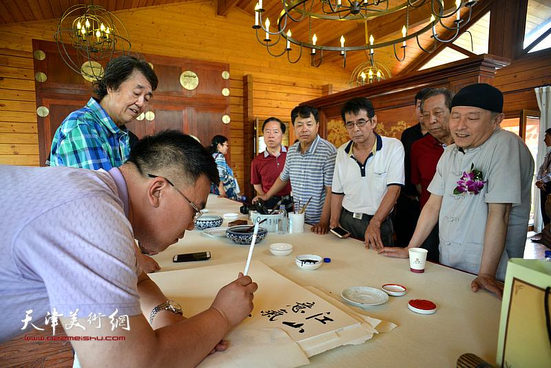李欣在缪文杰书画艺术品鉴活动雅集现场。