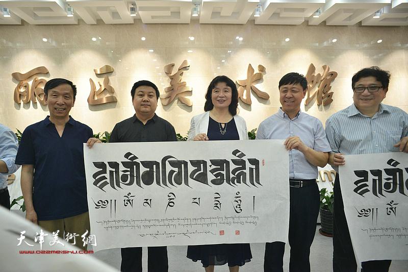 甘南州藏文书法家协会主席桑吉扎西向天津主办方赠送内容吉祥如意的藏文书法作品。
