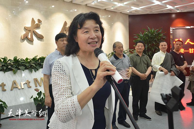天津市文联党组书记、常务副主席万镜明宣布画展开幕。