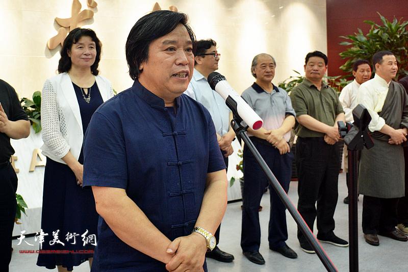 天津美协秘书长李耀春主持画展开幕仪式。