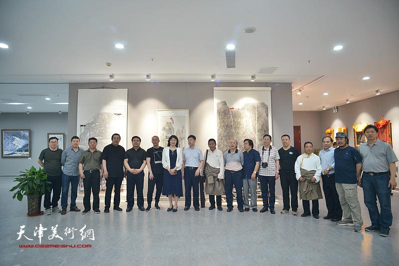 天津、甘南两地的领导、艺术家在画展现场。