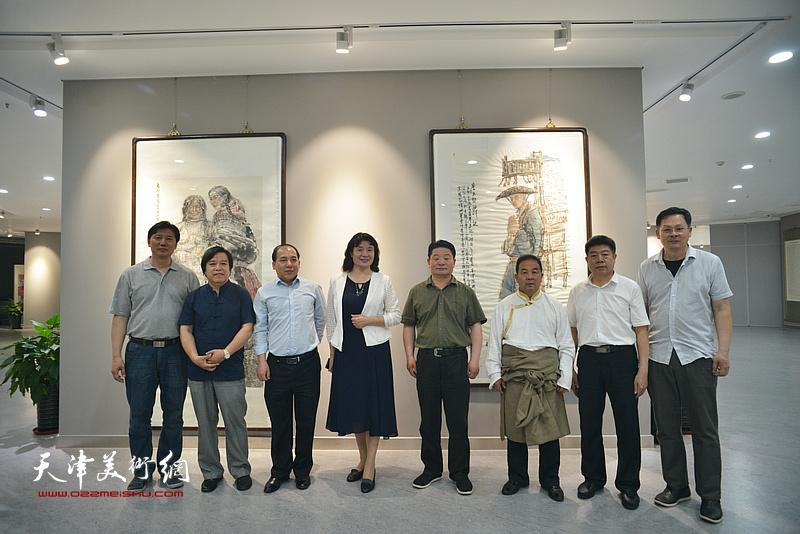 左起:张福有、李耀春、王绍森、万镜明、王永久、才虎杰、张养峰、潘津生在画展现场。