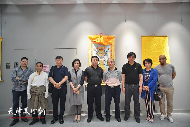 左起:董克诚、才虎杰、皮志刚、王霞、潘义奎、王书平、史振岭、孙瑜、王凤立在画展现场。