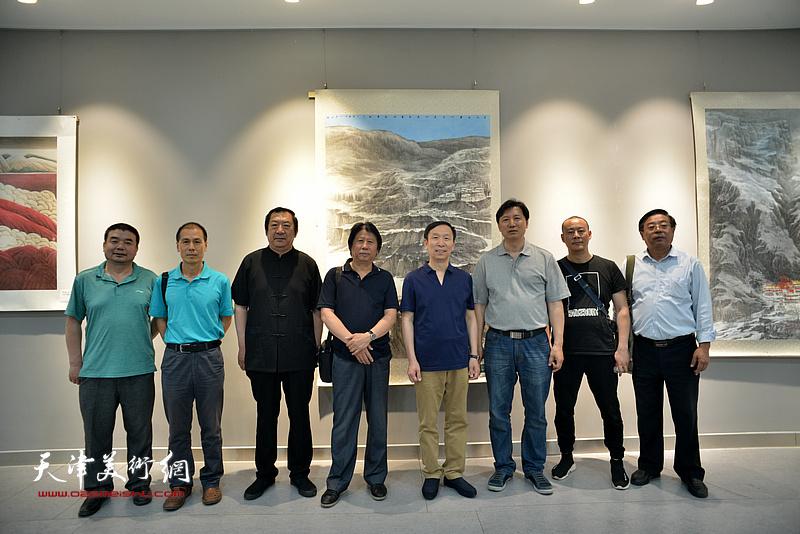 左起:田军、张玉忠、孙玉河、李学亮、张建会、张福有、徐展、孙瑜、赵俊山在画展现场。