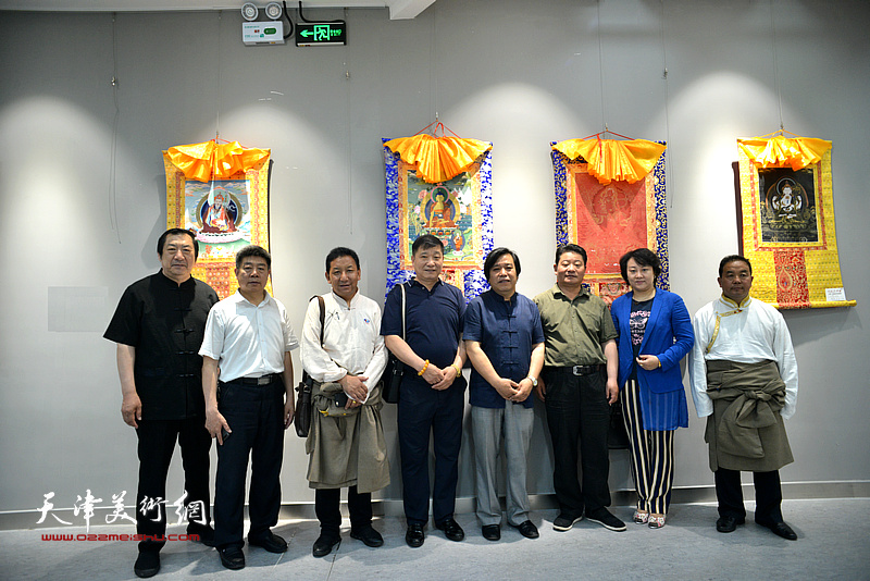 左起:孙玉河、张养峰、索南才让、皮志刚、李耀春、王永久、孙瑜、才虎杰在画展现场。
