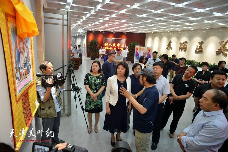 万镜明、张庆岩、王绍森、李耀春、徐瑾、潘义奎等观赏展出的作品。