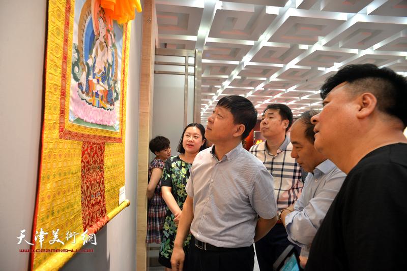 张庆岩、王绍森、徐瑾等观赏展出的作品。