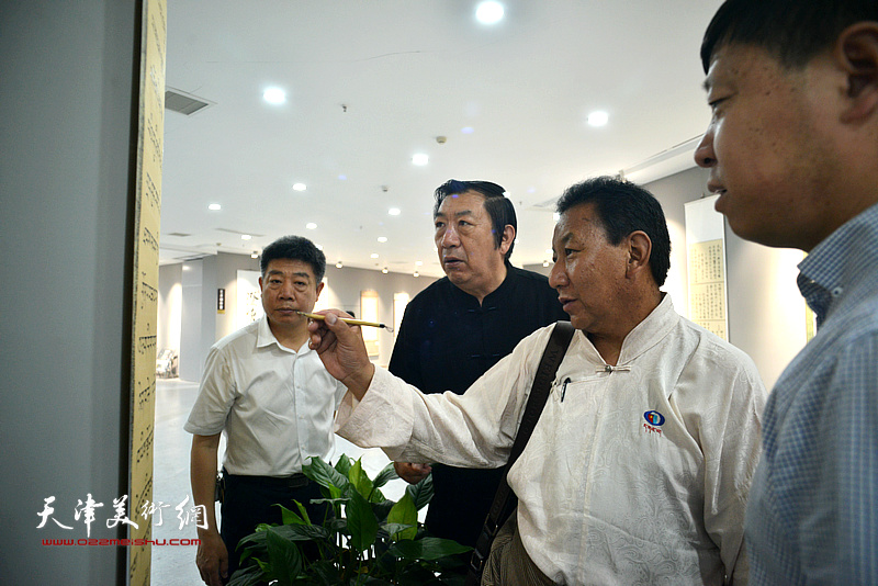 索南才让向张庆岩、孙玉河、张养峰介绍藏文书法的笔法。