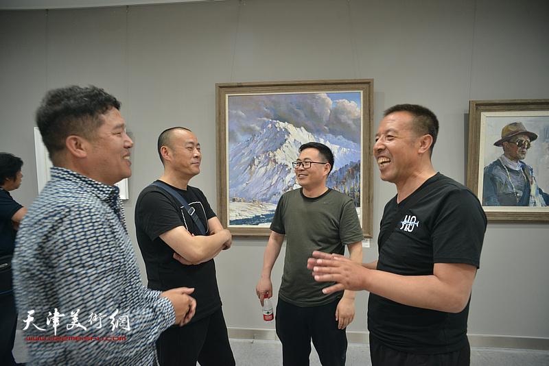 左起:董克诚、徐展、陈彦峰、马麟在画展现场交流。