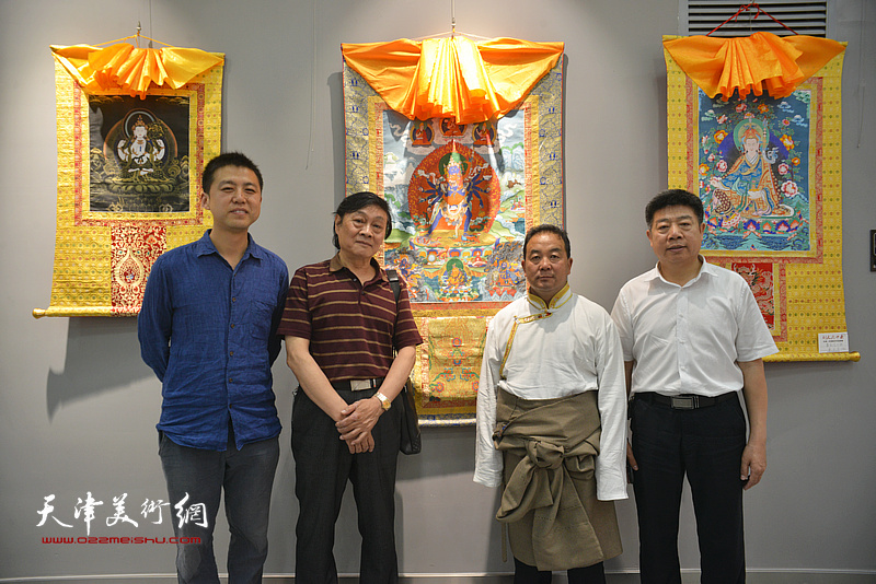 左起:韩金山、琚俊雄、才虎杰、张养峰在画展现场。