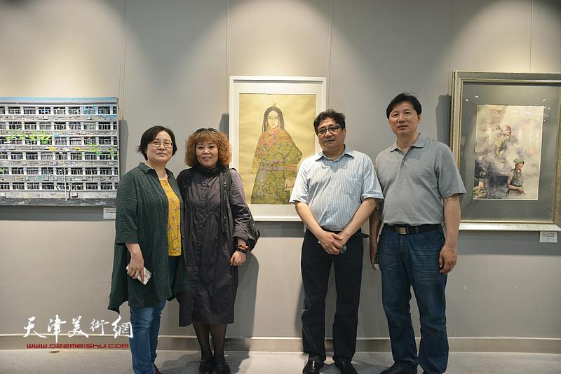 左起:王亚民、赵新立、商移山、张福有在画展现场。