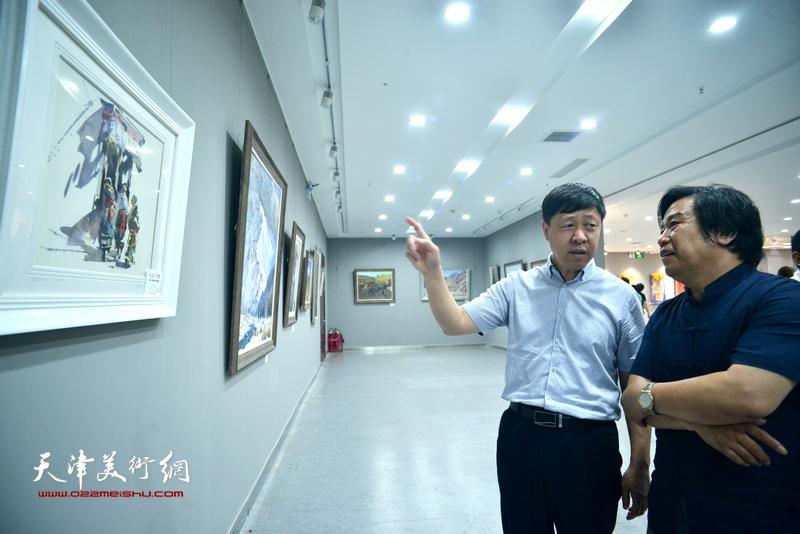 张庆岩、李耀春观赏展出的作品。