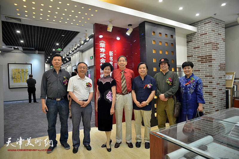 左起:张福有、何东、柴夫人、柴寿武、李耀春、张耀来、马江红在活动现场。