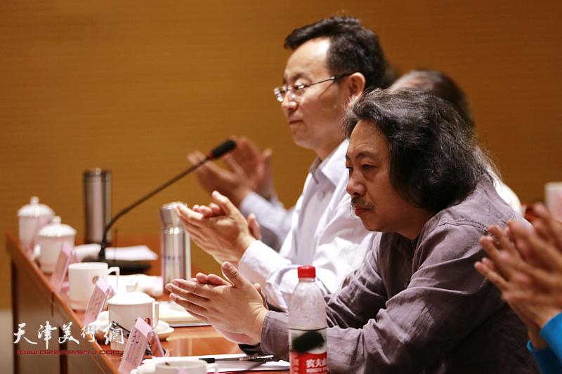 贾广健、张桂元在座谈会上。