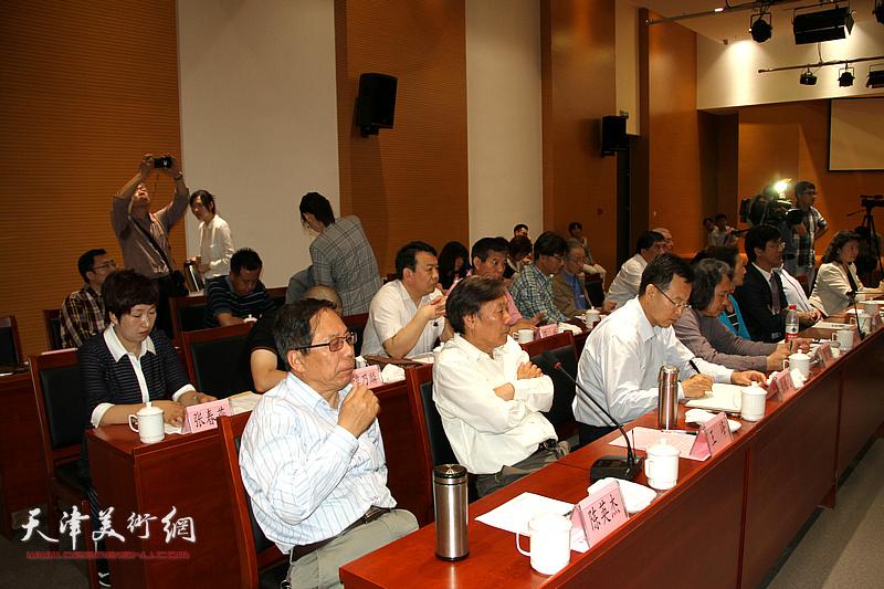 王峰、陈英杰、贾广健、张桂元在座谈会上。