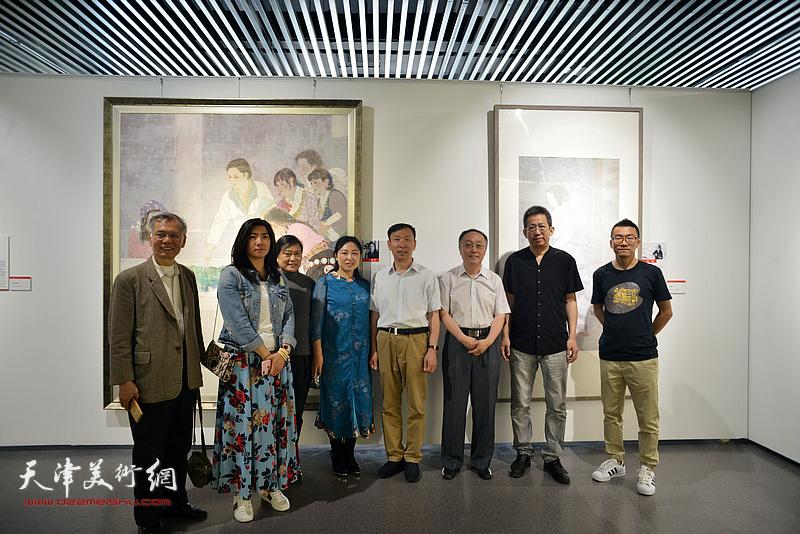 张建会、李毅峰、何东与天津画院青创中心青年画家在美术作品观摩展。