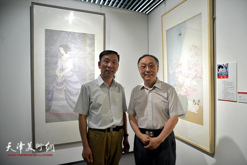 张建会、何东在天津画院美术作品观摩展上。