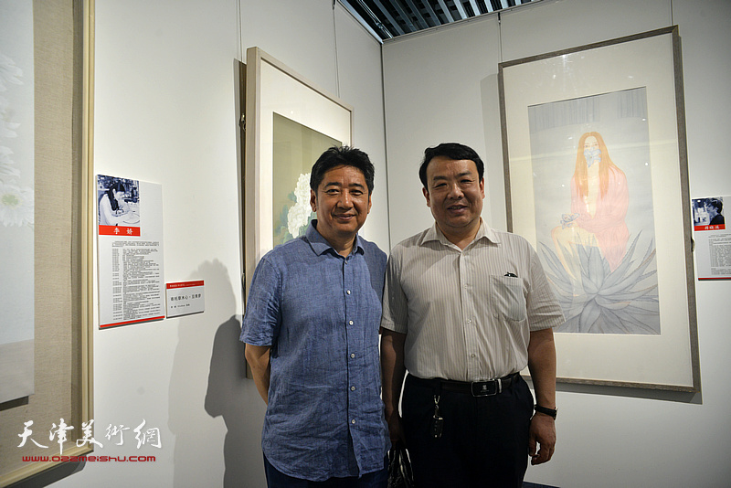王卫平、王爱宗在天津画院美术作品观摩展上。