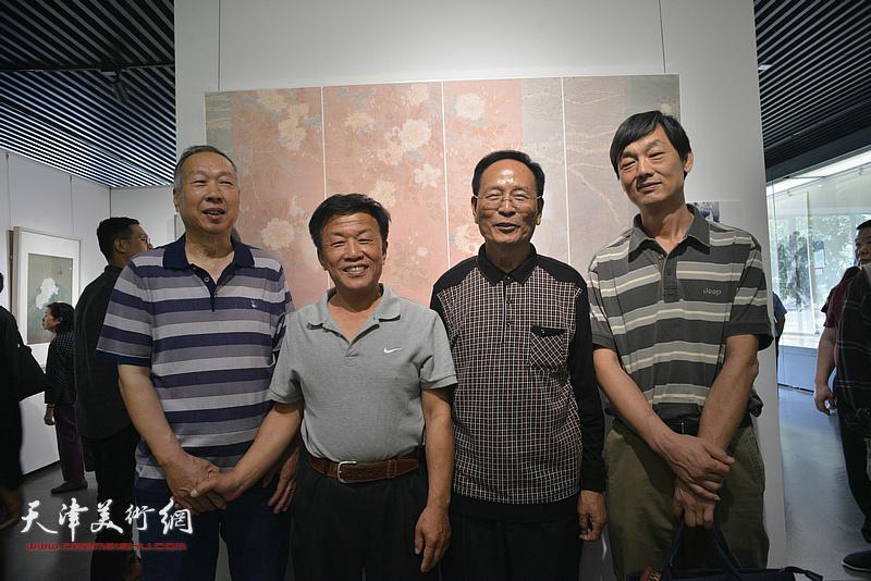 郭永元、詹卫国在天津画院美术作品观摩展上。