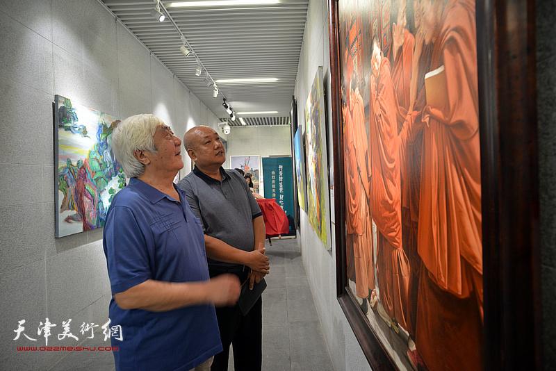 孙伯涛在天津画院美术作品观摩展上。