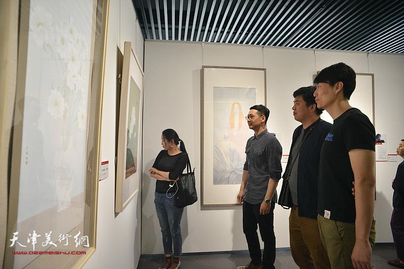 汪洋、张晓琎在天津画院美术作品观摩展上。
