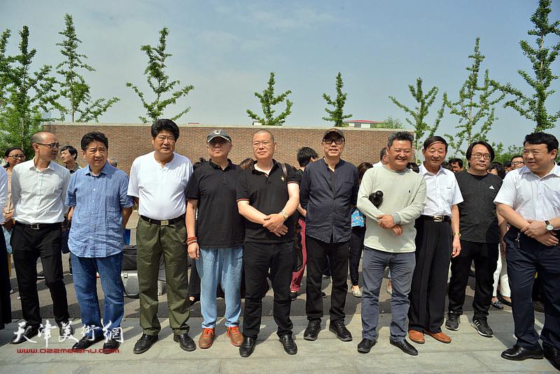 左起:马驰、王爱宗、王悲秋、陈嵘、谭乃麟、高博、白鹏、张晓彦、王卫平在天津画院新址。