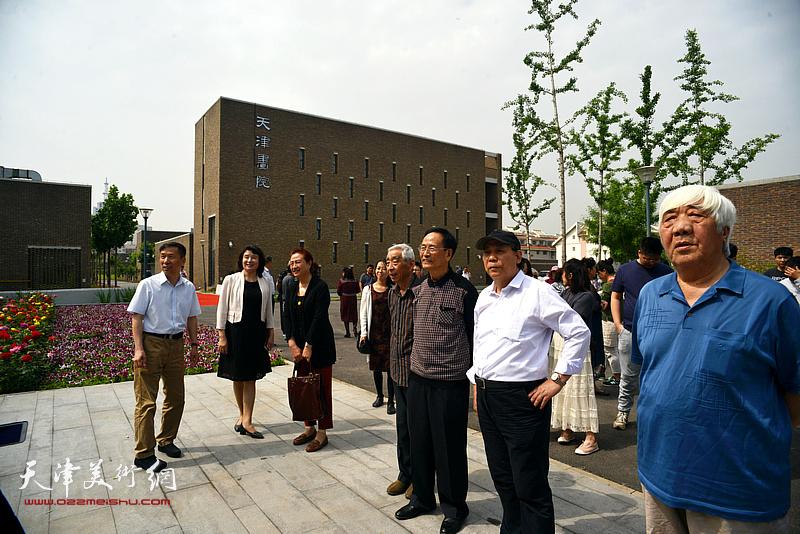 万镜明、张建会、孙伯涛、王振锁、郭永元、郭凤祥在天津画院新址。