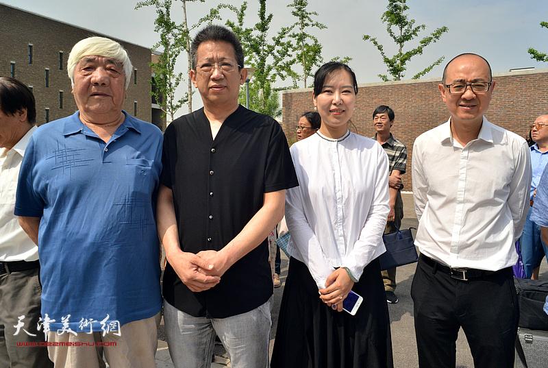 左起:孙伯涛、李毅峰、任欢、马驰在天津画院新址。