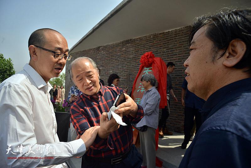 王书平、李耀春、马驰在天津画院新址。