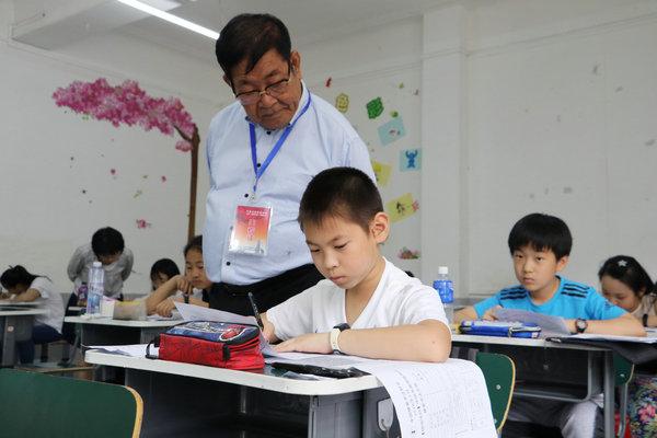 孙玉田在中国书画等级考试天津考区。