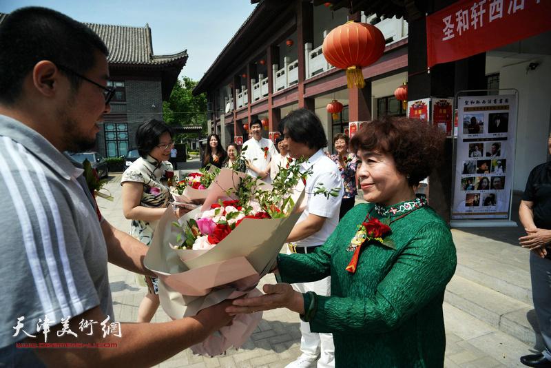 学员王榕、王赫向导师高学年、史玉献花。