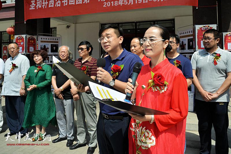 展览开幕仪式由李盟、张耀客串主持。