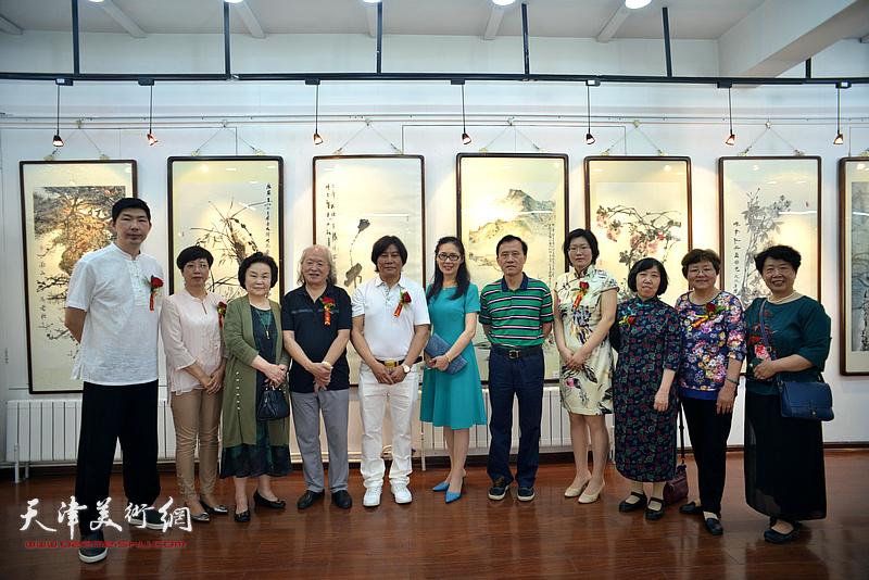 高学年与刘家栋、启福、李学萍、贾凤莲、董盛、王榕等在画展现场