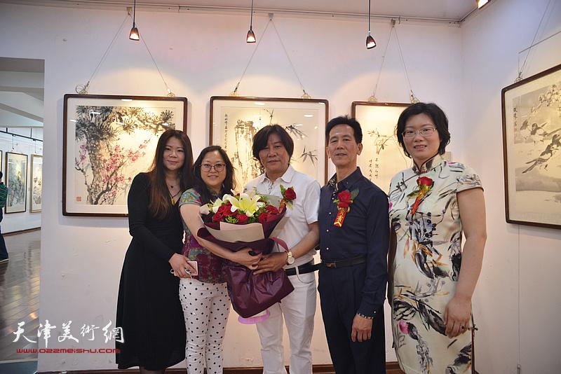 左起:董红霞、冯海娇、高学年、张兆明、王榕在画展现场。