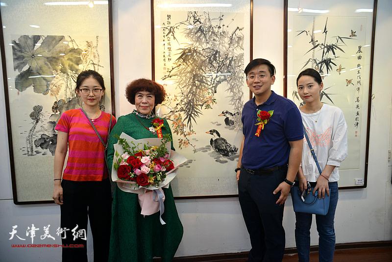 史玉与张耀、袁媛、石盼盼在画展现场。