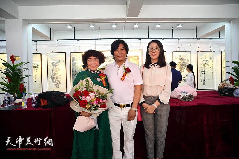高学年、史玉与杨志芳在画展现场。