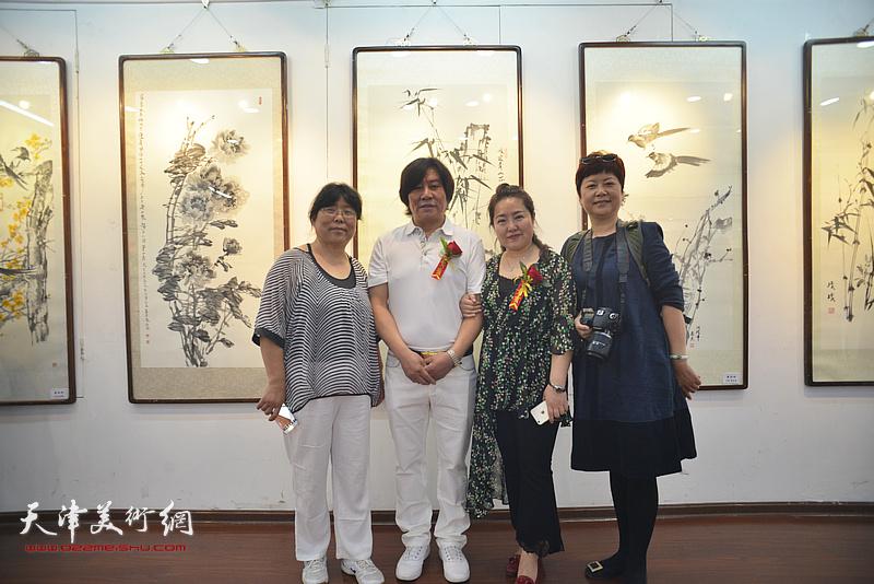 高学年与薛春英在画展现场。