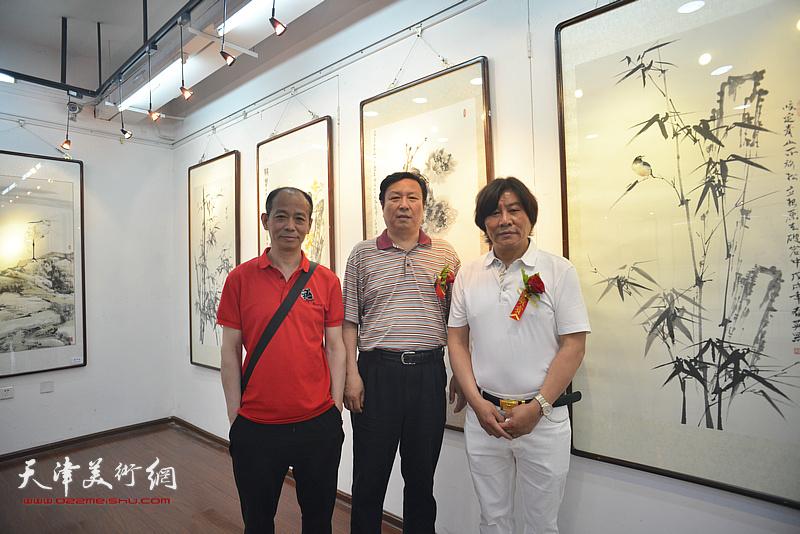 高学年与王连宏、启荣在画展现场。