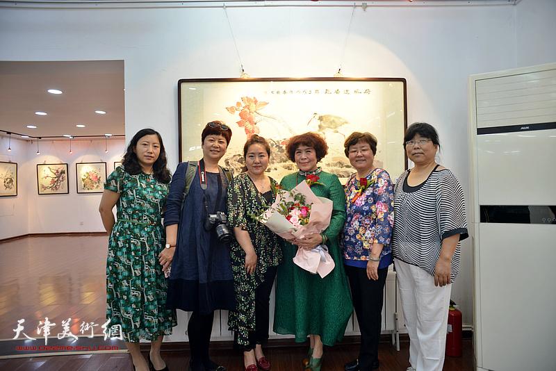 史玉与贾凤莲、薛春英以及来宾在画展现场。