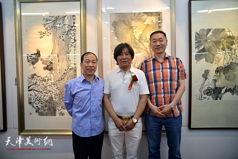 高学年与来宾在画展现场。